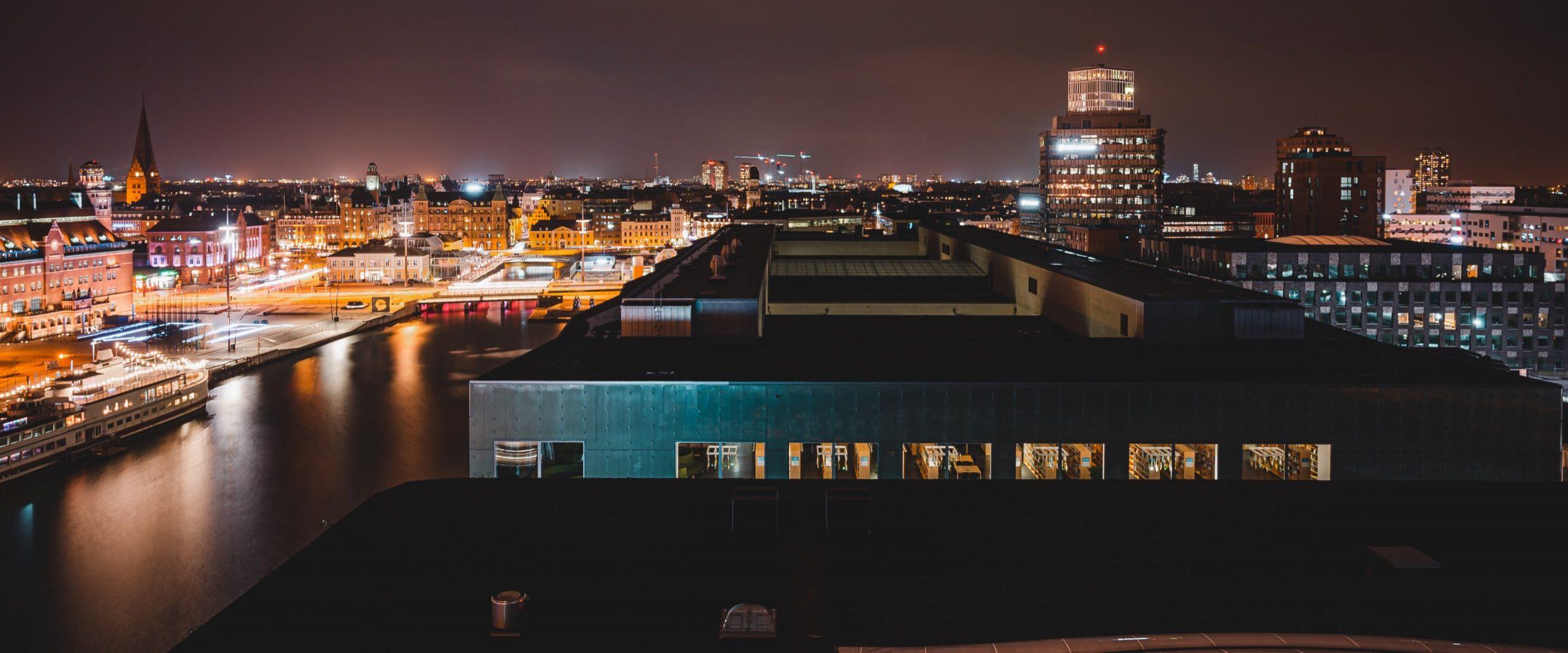 Stadsljus som lyser i mörker